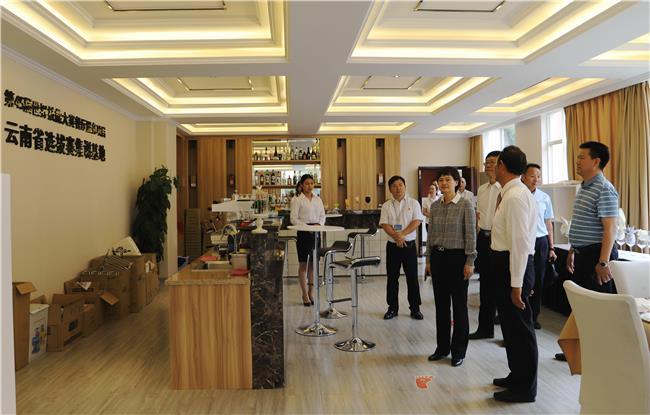 图8:景部长一行参观财经餐饮实训室.jpg