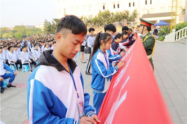 12各班级代表上台签名作出文明承诺.jpg