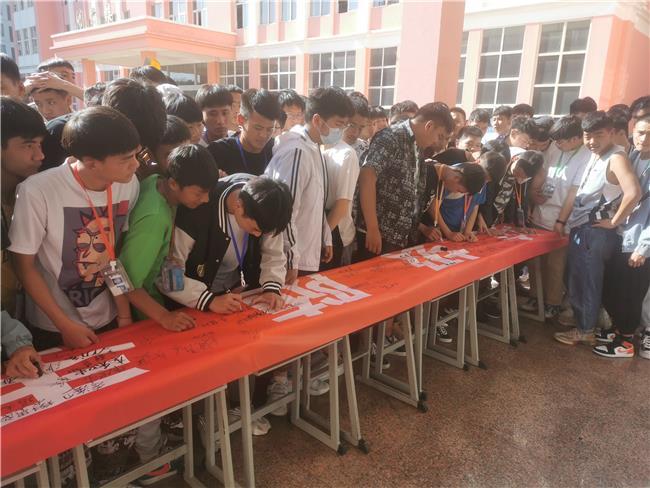 学生签名瞬间(三).jpg