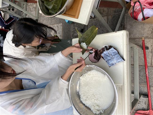 13.老师与同学展示现场制作的粽子.jpg