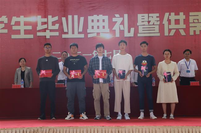 9 毕业生代表领取毕业证书.JPG