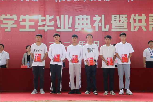 8  优秀毕业生代表领取荣誉证书.JPG
